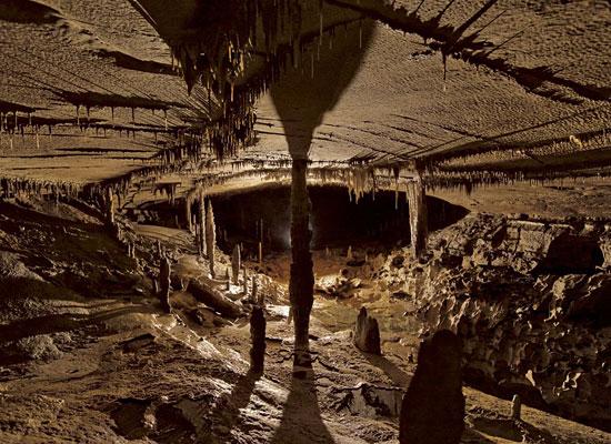 Перейти на Iron Hoop Cave, Alabama