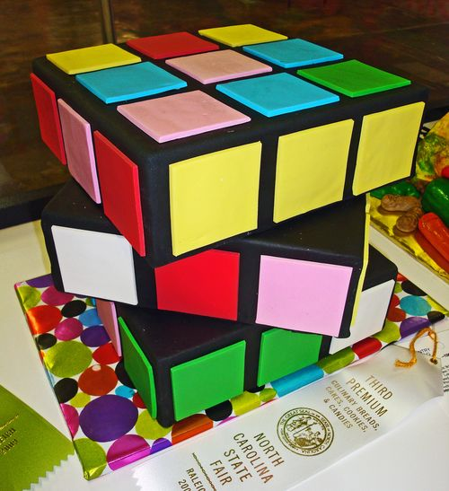 Перейти на rubik's cube cake by bunchofpants
