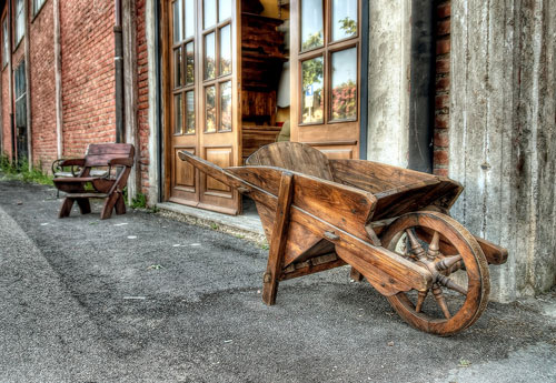 Перейти на Wooden Wheelbarrow