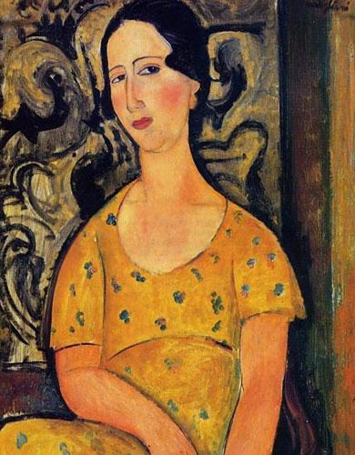 Молодая женщина в желтом платье
